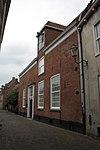 foto van Huis met hoog zadeldak, aan de zijde der Muurhuizen rechte daklijst door dakkapel onderbroken