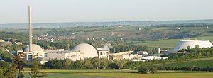 Kernkraftwerk Neckarwestheim: Block I und Abluftkamin (links), BlockII (Mitte), Zellenkühler und Hybridkühlturm (rechts)
