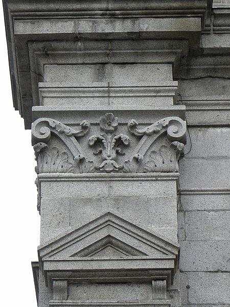 Chapiteau de la façade occidentale de la basilique Saint-Gervais d'Avranches (50).