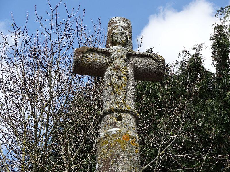 Croisillon de la croix de la Goujonnière. Les pieds du Christ reposent sur un tore perlé
