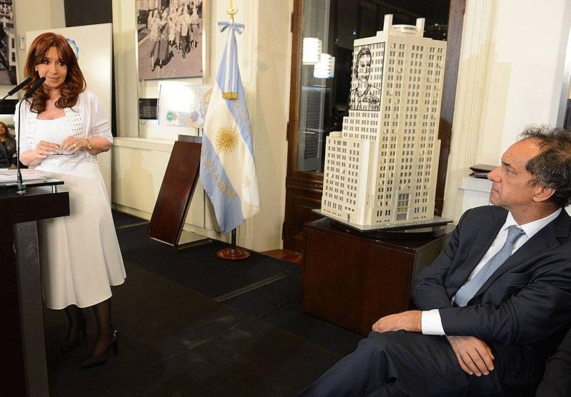 File:CFK y Scioli.jpg