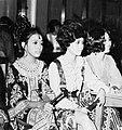 COLLECTIE TROPENMUSEUM Drie jonge vrouwen bij de missverkiezing TMnr 20000041.jpg
