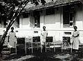 COLLECTIE TROPENMUSEUM Patiënten in de buitenlucht met verpleegkundigen van de Afdeling Kindergeneeskunde van de Centrale Burgerlijke Ziekeninrichting (CBZ) en de Geneeskundige Hogeschool in Batavia TMnr 60053564.jpg