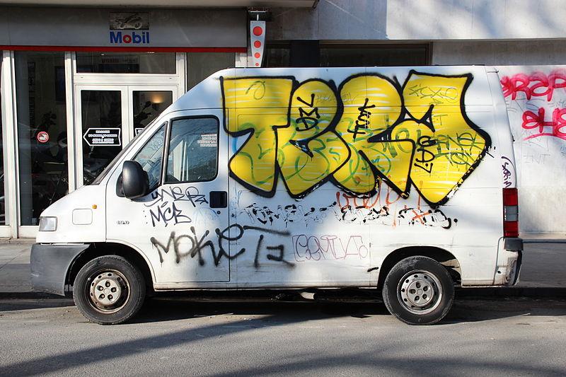 oyez oyez les Tatoués,les loulous ! 800px-Camion_tagu%C3%A9_dans_Paris_2012_2