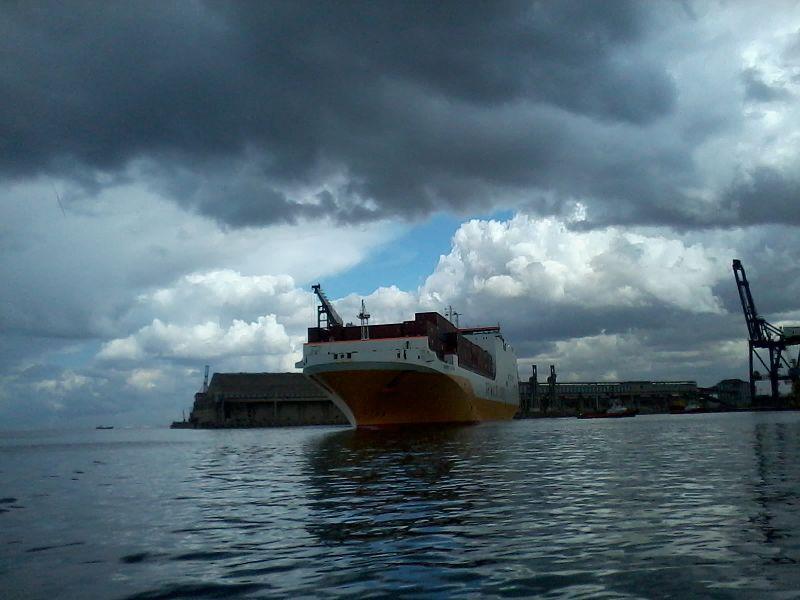 File:Car carrier GRANDE GHANA en maneuvre - image 2 -.jpg