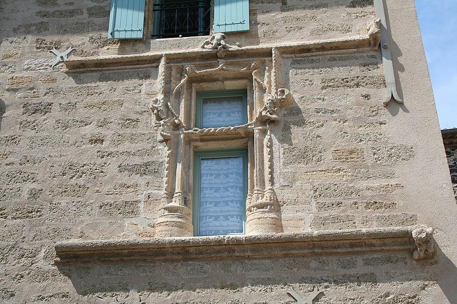 Caux (Hérault) - Fenêtre ancienne (XVIIe s?) - place de l'église.