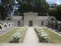 Chapelle expiatoire roses blanches.jpg