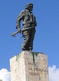 Monumento al Che Guevara (con su brazo enyesado) en Santa Clara, donde se encuentran enterrados sus restos.