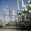 Collectie Nationaal Museum van Wereldculturen TM-20029601 Chemische industrie Aruba Boy Lawson (Fotograaf).jpg