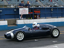 Photo de profile d'une Cooper T45 bleue.