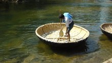 படிமம்:Coracle riding in Hokenakal 2.ogv