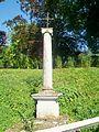 Dampsmesnil (27), hameau d'Aveny, calvaire sur la RD 146 à l'entrée sud du hameau.jpg