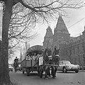 De familie Gillis uit Amerika met huifkar in Nederland, huifkar trekt langs het , Bestanddeelnr 916-1067.jpg