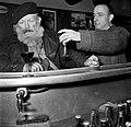 De twee mannen staan aan de bar, Bestanddeelnr 254-0007.jpg