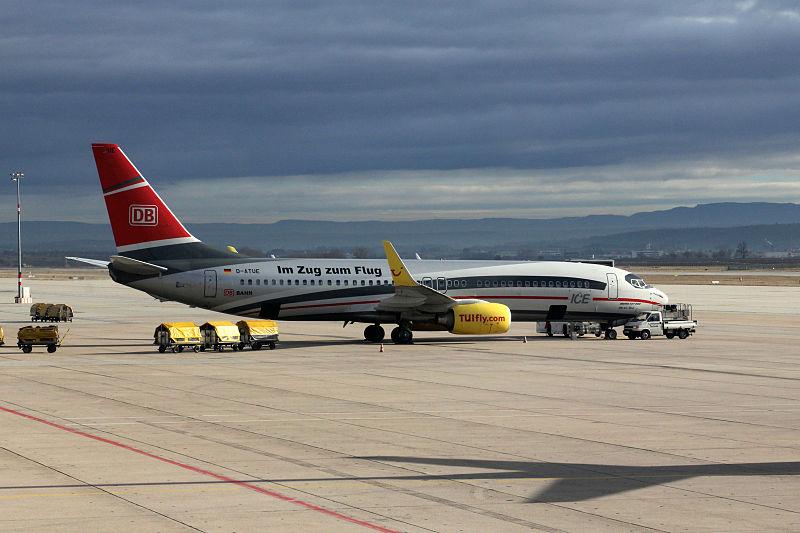 Datei:Deutsche-bahn-werbung-ice-flugzeug-tuifly-stuttgart-januar-2014-advertisement-aircraft.jpg