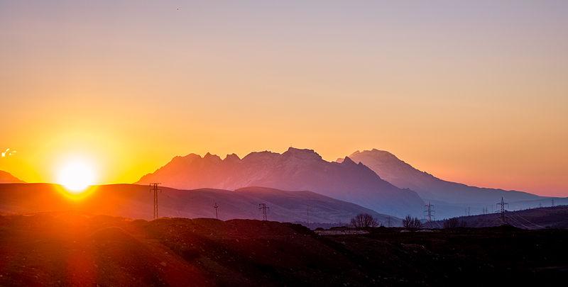 File:Dokan Mountain at Sunrise.JPG