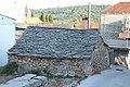 Donje Selo, starý dům s kamennou střechou.jpg