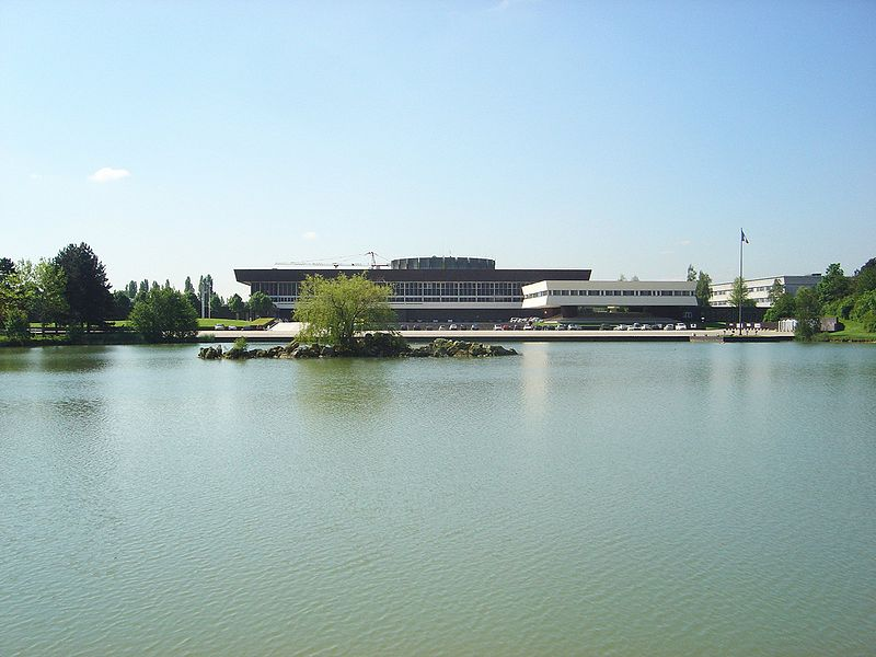 Plik:Ecole Polytechnique France seen from lake DSC03389.JPG