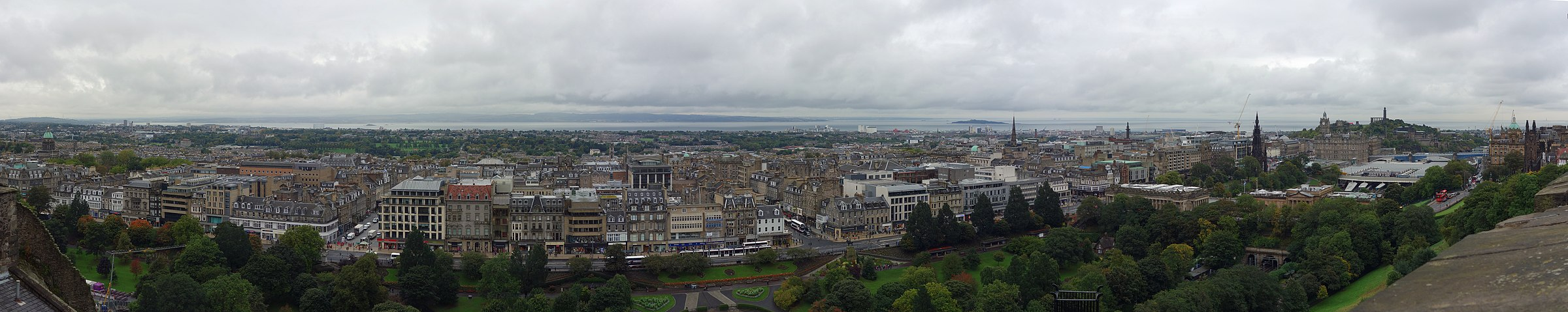 Panorama of Edinburgh from Edinburgh Castle, with the New Town in the centre and Calton Hill to the right Edinburgh Edinburgh Castle Panorama 01.jpg