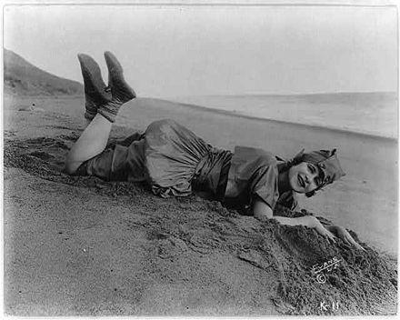 1d676af3cc572 Die Stummfilmdarstellerin Edith Roberts 1918 am Strand