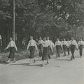 Een groep burgerdeelnemers onderweg tijdens een Vierdaagse – F42176 – KNBLO.jpg
