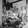 Een verblijfsruimte in het militaire kamp, Bestanddeelnr 255-8250.jpg
