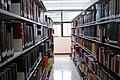 Estantes de libros en la Biblioteca Central de la UNAM.jpg
