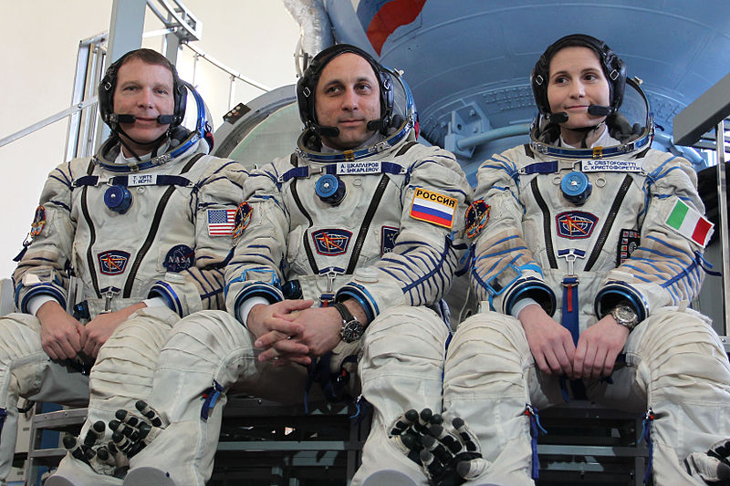 Dosiero:Expedition 40 backup crew members in front of the Soyuz TMA spacecraft mock-up in Star City, Russia.jpg