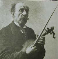 Feltmusiker Carl Ljunggren med fiolin.png