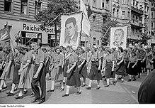 Le effigi di Berlinguer e Togliatti durante una manifestazione a Berlino Est nel 1951