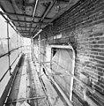 Gedeelte van de voorgevel met kozijnen in de steigers tijdens restauratie - Breda - 20332262 - RCE.jpg