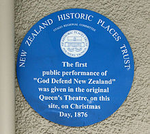 New Zealand Historic Places Trust placa circular azul en el lugar de la primera representación de God Defnd New Zealand