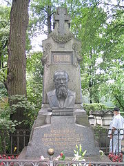 Tombe de Dostoïevski à Saint-Péterbourg. Les premiers mots des frères Karamazov y sont gravés