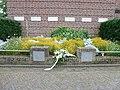 Groesbeek (NL) Breedeweg, oorlogsmonument bij kerk (01).JPG