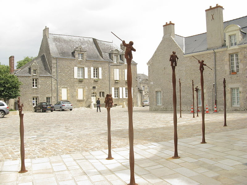 File:Guérande Statuettes on poles.JPG
