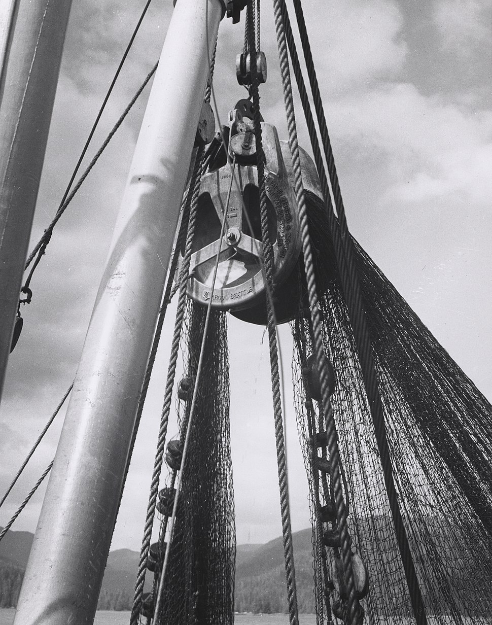 Hauling net with power block on salmon purse seiner