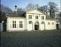 """Het kasteeldomein """"Hof ter Linden"""", koetshuis - exterieur - alg.zicht (L.30°) - 356644 - onroerenderfgoed.jpg"""