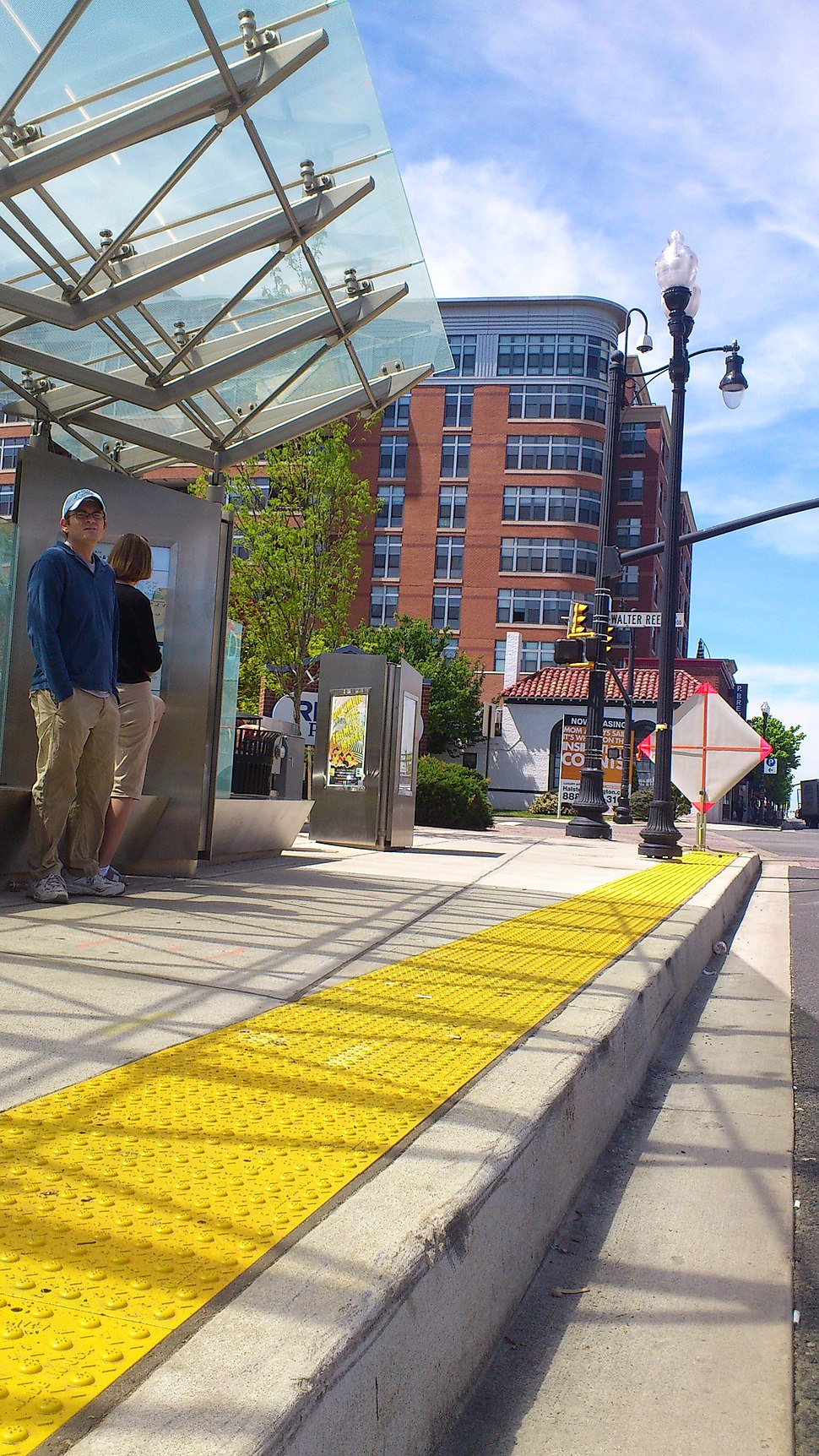 High curb level streetcar boarding (8712580004)