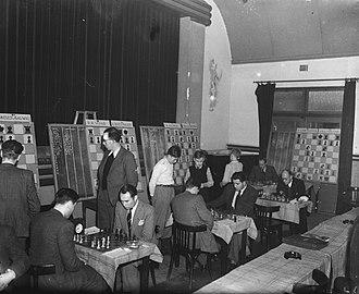 Baruch Harold Wood - Baruch Wood (middle, backside), Hoogovens tournament 1948