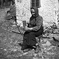 """Hudajužnova mati """"hke"""" trakove z grebenom in nožem (vsa naprava skupaj se imenuje """"statve""""). Gorenji Novaki 1954.jpg"""