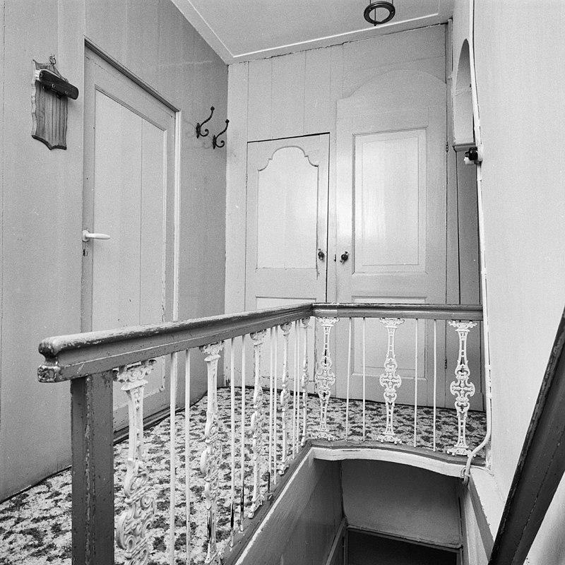 Pand met schilddak en rechte kroonlijst uit de 19e eeuw in schoonhoven monument for Interieur 19e eeuw