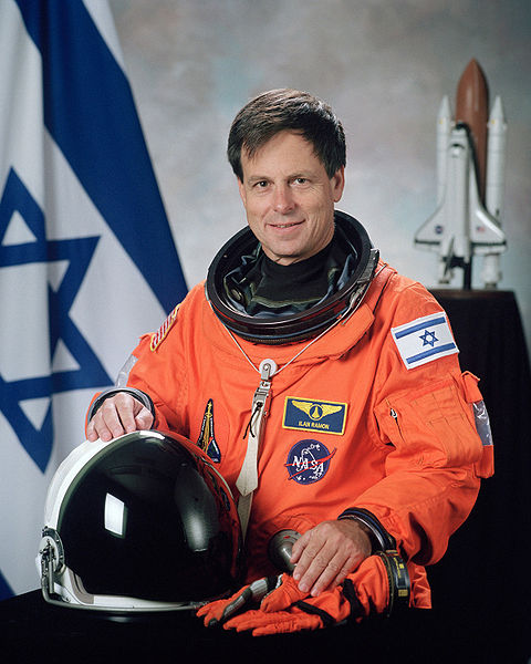 Soubor:Ilan Ramon, NASA photo portrait in orange suit.jpg