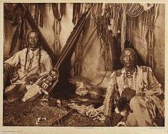 EDWARD SHERIFF CURTIS LE PHOTOGRAPHE DES AMÉRINDIENS 240px-In_a_Piegan_Lodge%2C_1910