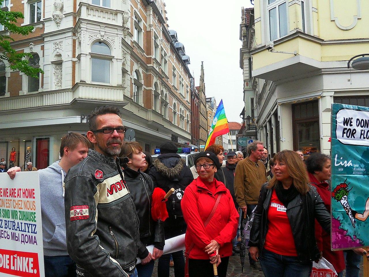 Inge Höger (mitte) auf einer Solidaritätsdemonstration für-Geflüchtete 2015 in Herford.jpg