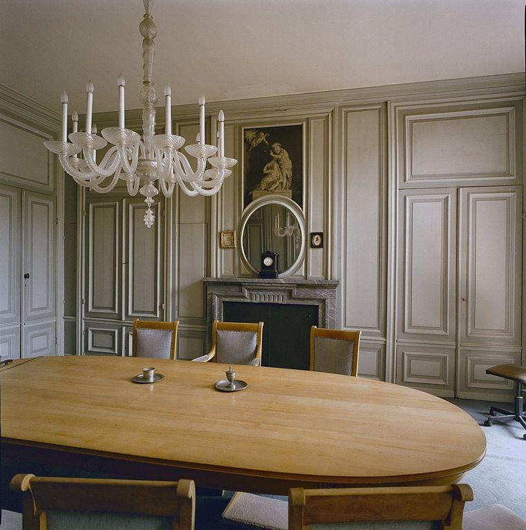 File interieur overzicht van de grijze eetkamer ofwel de civiele raadkamer met schouw - Deco van de eetkamer ...