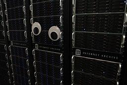[Foto: Server des Internet Archive mit Wackelaugen 👀️]