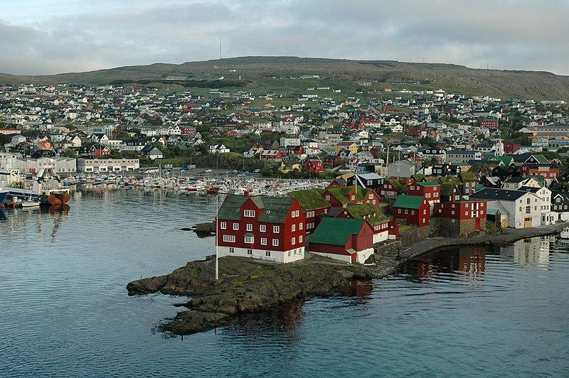 https://upload.wikimedia.org/wikipedia/commons/thumb/4/48/Is03002-Torshavn.jpg/800px-Is03002-Torshavn.jpg