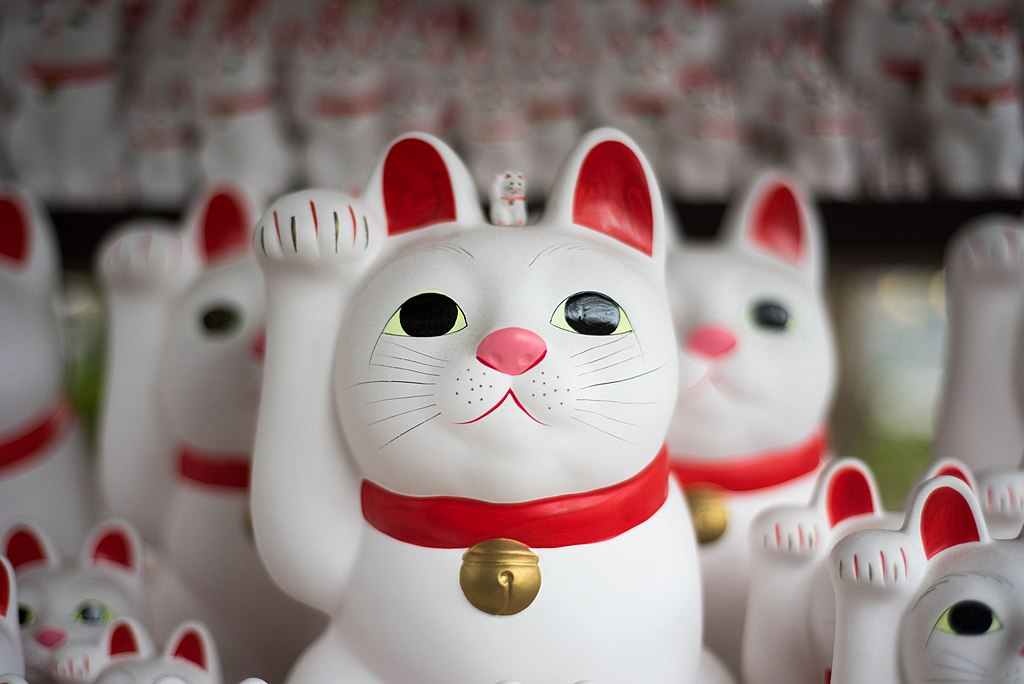 1024px-Japanese_cat_figurines_%28Unsplas