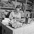 Jeruzalem. Oude man maakt doosjes voor gebedssnoeren (tefellin) achter een voll…, Bestanddeelnr 255-2339.jpg