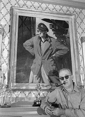 John Ford aux côtés d'un de ses Oscar en 1946.